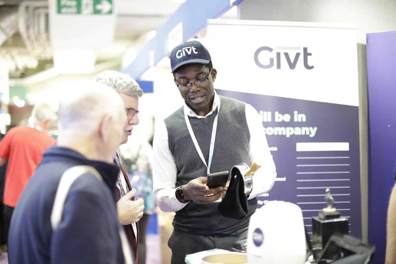 Johnson laat zien hoe Givt werkt door digitaal te geven aan een collectezak
